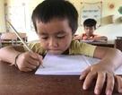 Học sinh dân tộc thiểu số đến trường sớm để học tiếng Việt trước khi vào lớp 1