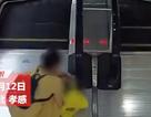 Trung Quốc: Hãi hùng cảnh bé gái kẹt tay vào thành vịn thang cuốn