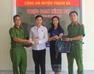 Hai sinh viên Lào cảm ơn Công an Việt Nam khi nhận lại tài sản bị đánh cắp