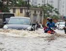 Mùa mưa, nên lái xe phóng nhanh hay đi từ từ qua vũng nước sâu?