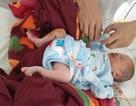 Người phụ nữ phát hiện bé trai sơ sinh bị bỏ bên đường