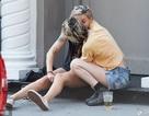 """Kristen Stewart """"khoá môi"""" bạn gái mới giữa phố"""