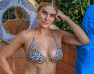 Ashley James khoe ngực nõn nà