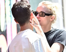 Sophie Turner hôn chồng trên phố