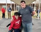 Mỹ: Nam sinh làm thêm suốt 2 năm để mua xe lăn cho bạn