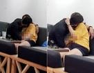 """Cặp đôi Sài thành ôm hôn, sờ soạng nhau trong quán trà sữa khiến dân mạng """"nóng mắt"""""""