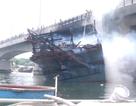 """Vụ cháy tàu chứa 25.000 lít dầu: Cầu trăm tỷ bị """"nung"""" suốt nhiều giờ"""