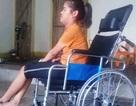 """Cô bé tật nguyền vui mừng khoe chiếc xe lăn mới """"cóng"""" được bạn đọc Dân trí tặng!"""