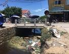 """Dân khốn khổ khi """"chung sống"""" với kênh thoát nước đen ngòm, ngập rác thải"""