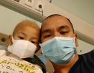 Rơi lệ hình ảnh bố cạo trọc đầu cùng con trai 3 tuổi chống chọi ung thư