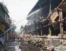 Tiếp tục phun nước vào vụ cháy kinh hoàng ở Công ty Rạng Đông