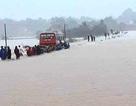 """Ô tô chở 60 nữ công nhân """"liều mạng"""" vượt dòng nước lũ"""