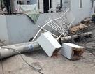 Xe tải tông đổ 4 cột điện, hàng trăm hộ dân mất điện