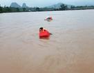 Đi thị sát vùng lũ, Phó Chủ tịch huyện cùng nhiều cán bộ bị lật thuyền trôi gần 1km