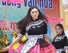 """Á hậu Tường San về thăm trường cũ, nhảy """"Để Mị nói cho mà nghe"""" cực sung"""