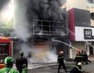 Cảnh sát cứu hai vợ chồng mắc kẹt trong ngôi nhà đang bốc cháy ngùn ngụt
