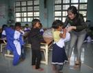 Thầy cô dành tặng quần áo mới cho học sinh vùng cao trong sáng khai giảng