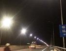 """Cây cầu đêm nào cũng nửa sáng nửa tối: Đèn đã sáng nhưng vẫn... """"bất bình thường""""!"""