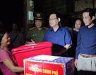 Phó Thủ tướng Vương Đình Huệ đến thăm và tặng quà bà con vùng lũ