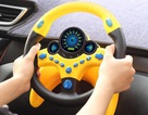 """Vì sao không nên lắp vô-lăng đồ chơi bên ghế phụ cho trẻ nhỏ """"lái chơi""""?"""