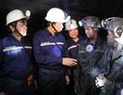 Dưới hầm lò sâu 140 m, Bộ trưởng Lao động hỏi về đời sống của thợ mỏ
