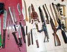 """Hà Nội: Phá ổ nhóm cho vay lãi """"cắt cổ"""", thu nhiều dao, súng"""