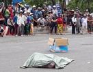 Một phụ nữ đánh rơi bao tải chứa thi thể hài nhi