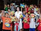 Hoa hậu Emily Hồng Nhung tặng bánh trung thu cho trẻ mồ côi