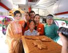 """Bà Tân """"Vlog"""" mang bánh trung thu khổng lồ lên máy bay: Sôi nổi tranh luận đúng, sai"""