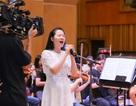 """Ca sĩ Phạm Thùy Dung hào hứng tập luyện cho """"Trăng Hát"""" cùng ekip toàn """"soái ca"""""""