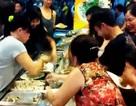 Ăn buffet hải sản, thủ túi nilon mang về chục con ghẹ, 1,5kg bề bề