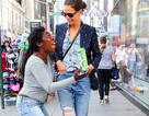 Fan ôm chầm Katie Holmes trên phố