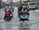 """Người Sài Gòn vật vã lội """"sông"""", vượt nước ngập về nhà"""