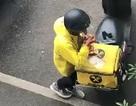 Hài hước: Nhân viên giao hàng lén ăn vụng đồ của khách