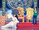 Trần Tiểu Vy ngã sõng soài trên sân khấu, rơi cả micro khi đóng Táo Quân