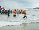 2 ngư dân đi trên ghe bị sóng biển đánh chìm