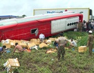 Xe khách lật nhào, 2 người bị thương nặng