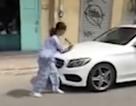 Người phụ nữ cầm búa đập xe Mercedes-Benz nói gì?