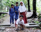 Indonesia: Nghị lực của cậu bé khuyết tật bò tới trường mỗi ngày