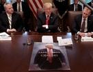 """Tấm biểu ngữ """"lạ"""" trong buổi họp nội các đầu năm của ông Trump"""