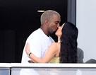 Kim Kardashian hạnh phúc hôn chồng sau khi được tặng nhà 14 triệu USD