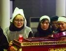 Con gái nhà thơ - nhạc sĩ Nguyễn Trọng Tạo khóc nghẹn bên linh cữu cha