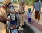 CSGT giúp 2 mẹ con bị hết xăng trên đường: Vì sao CSGT luôn mang sẵn bình nhựa và ống hút?