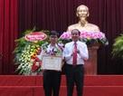 Trao bằng khen của Chủ tịch UBND thành phố Cần Thơ đến em Nguyễn Bá Vinh