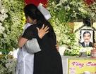 NSND Lan Hương khóc ngằn ngặt, ôm chặt vợ NSND Thế Anh trong tang lễ