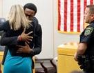 """Khoảnh khắc """"ngoài kịch bản"""" trong phiên xử nữ cảnh sát Mỹ bắn chết hàng xóm"""
