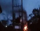 Trạm điện cháy nổ dữ dội trong mưa lớn