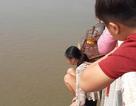 Khuyên giải thành công một phụ nữ trẻ mang theo con nhỏ, định nhảy cầu Chương Dương tự tử
