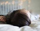 Bé 7 tuổi dậy thì sớm, bác sĩ nói vì thói quen ngủ bật đèn