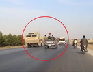 """Xe thiết giáp Mỹ bất ngờ chạm mặt quân nhân Damascus giữa """"chảo lửa"""" Syria"""